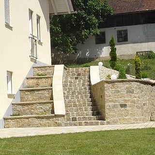 Stützmauer und Treppe